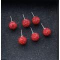 Raudoni auskarai su kristaliukais